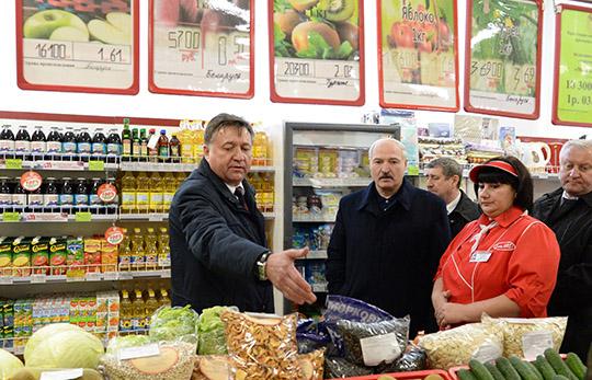 Александр Лукашенко во время посещения магазина Белкоопсоюза в агрогородке Добрынь Ельского района