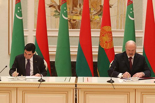 Беларусь и Туркменистан подтверждают важность дальнейшего углубления политического диалога Беларусь и Туркменистан подтверждают важность дальнейшего углубления политического диалога. Об этом говорится в совместном заявлении, которое подписали 11 мая в Минске президенты двух стран. В присутствии Александра Лукашенко и Гурбангулы Бердымухамедова также был подписан ряд документов, направленных на сотрудничество Беларуси и Туркменистана, в том числе в сфере культуры, спорта, сотрудничества между учреждениями образования и СМИ двух стран. На снимках: 1. Александр Лукашенко и Гурбангулы Бердымухамедов подписывают совместное заявление. 2. Александр Лукашенко подписывает совместное заявление. 3. Гурбангулы Бердымухамедов подписывает совместное заявление. 4. Александр Лукашенко и Гурбангулы Бердымухамедов во время подписания совместного заявления. 5. Александр Лукашенко и Гурбангулы Бердымухамедов. Фото Николая Петрова, БЕЛТА.