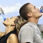 Минздрав не рекомендует выходить на длительные прогулки в жару без питьевой воды