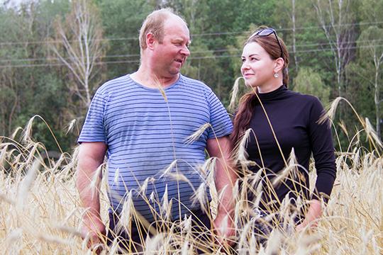 Малады аграном Рыта Кудравец  з бацькам любуюцца налітым коласам