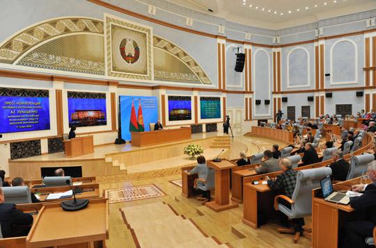Лукашенко проводит пресс-конференцию для российских региональных СМИ Президент Беларуси Александр Лукашенко проводит пресс-конференцию для представителей российских региональных средств массовой информации - участников традиционного пресс-тура в Беларусь. На снимке: во время пресс-конференции. Фото БЕЛТА.