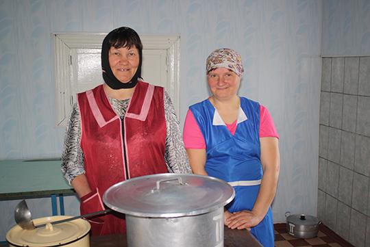 """Загадчыца і повар сталовай КСУП """"Чалюшчавічы"""" Ніна Цітоў і Людміла Грабко"""
