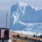 Жители маленького канадского городка фотографируются на фоне гигантского айсберга