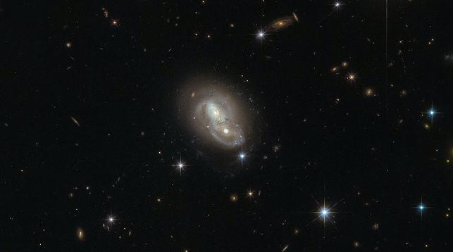 Телескоп Hubble заснял «вальс» двух галактик