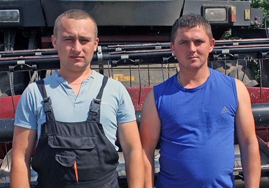 Перадавыя маладыя камбайнеры  Аляксандр Капінскі і Міхаіл Савіцкі