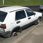 Пенсионер пытался доехать домой из деревни на авто без заднего колеса