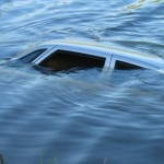 В Речицком районе автомобиль влетел в реку, два человека погибли