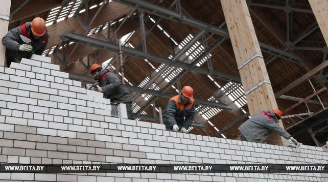 На строительстве Петриковского ГОК завершается возведение корпуса дробления руды со складами