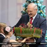 Елка в стиле стимпанк и панно из бересты — учащиеся вручили Лукашенко новогодние подарки