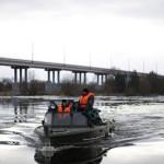 Спасатели перевезли на катерах через Припять более 500 человек
