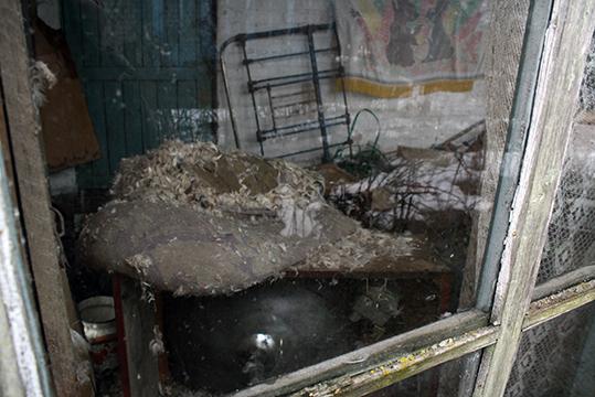 Вось такі небяспечны склад у вярандзе грамадзяніна Фаміна, якога, на жаль, камісія не застала дома